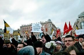 Несколько тысяч человек идут к Конюшенной площади скандируя: «Путин вор»