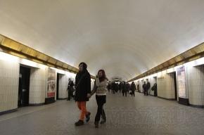 Пассажиры метро: Дымящийся поезд, набитый людьми, возили по подземке больше часа