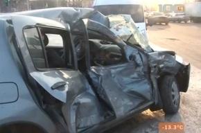 На Пискаревском столкнулись грузовик и  малолитражка Renault