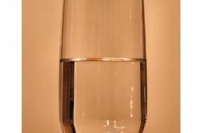 Воровки проникли в квартиру пенсионера, попросив попить воды