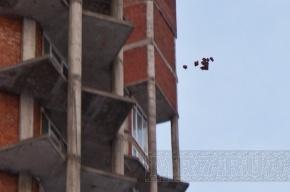 На углу Культуры и Просвещения с 25-го этажа кидали кирпичи