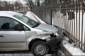 Машина погнула ограду Михайловского сада