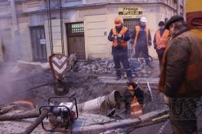 Аварийные бригады в Петербурге продолжают работать в поте лица