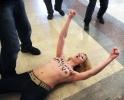 Фоторепортаж: «Активисткам Femen за голые груди на избирательном участке грозит 15 суток»