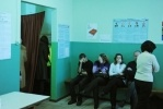 Фоторепортаж: «На избирательном участке в Петербурге журналистку ударили головой о стену»