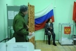 Фоторепортаж: «В Петербурге журналисты довели председателя избирательного участка до обморока»