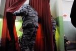 В Петербурге на выборах избили полицейского: Фоторепортаж