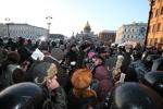 В Петербурге при разгоне митинга под руку ОМОНу попали посетители кафе: Фоторепортаж