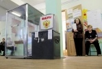 На участок №16 в Петербурге наблюдатели попали, применив силу: Фоторепортаж