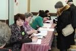 Члена избирательной комиссии от КПРФ, который обнаружил нарушения, везут в суд: Фоторепортаж