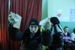 Буйная избирательница в клочья разорвала бюллетень: Фоторепортаж