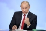 Путин набирает 64 процента и пьет шампанское: Фоторепортаж