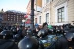 Фоторепортаж: «В Петербурге при разгоне митинга под руку ОМОНу попали посетители кафе»