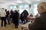 В Петербурге председатель УИКа сбежал с участка через окно: Фоторепортаж