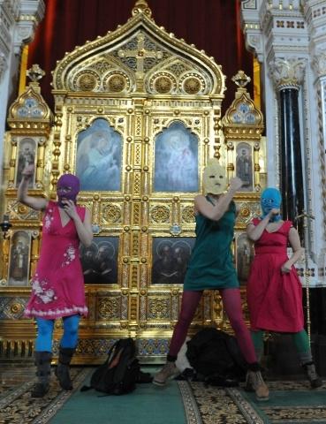 Девушки из Pussy Riot, устроившие концерт в Храме Христа Спасителя, задержаны: Фото