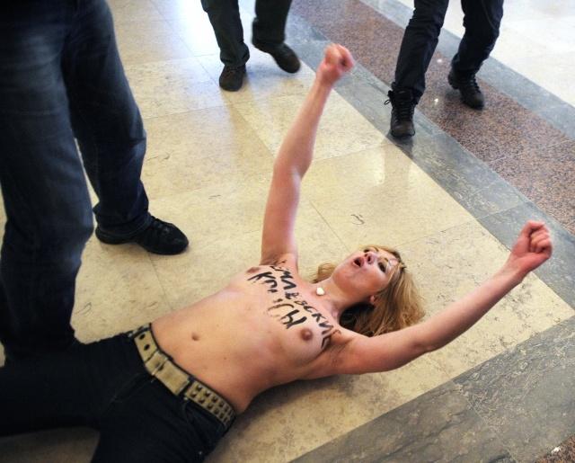 Активисткам Femen за голые груди на избирательном участке грозит 15 суток: Фото