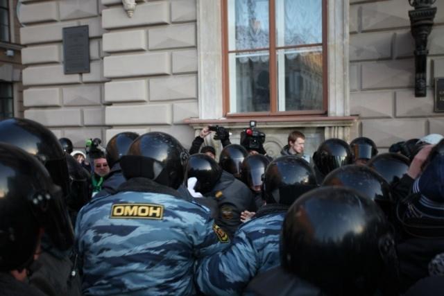 В Петербурге при разгоне митинга под руку ОМОНу попали посетители кафе: Фото