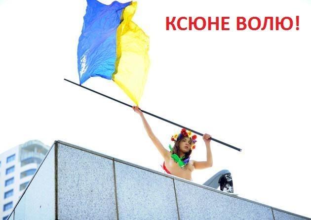 Девушки из движения FEMEN оголили груди на участке, где голосовал Путин: Фото