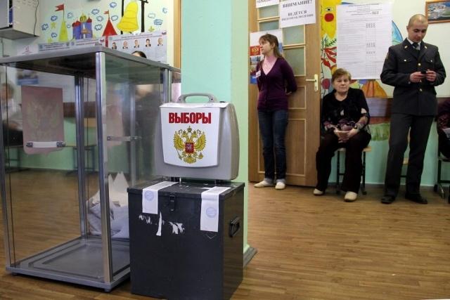 Члена избирательной комиссии от КПРФ, который обнаружил нарушения, везут в суд: Фото
