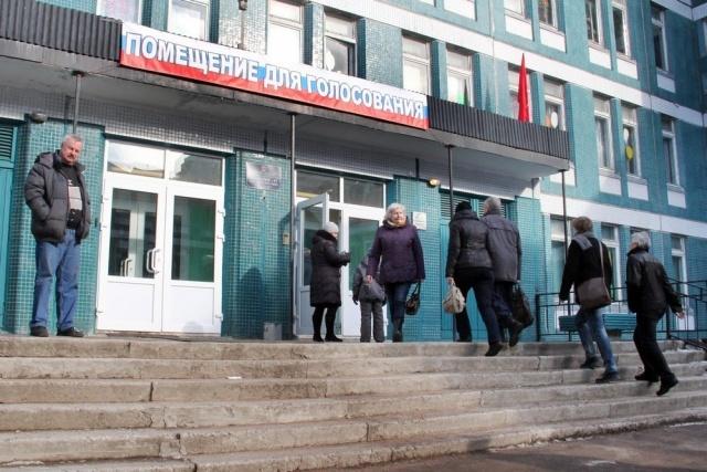 Наблюдатели схватили избирателя, который пытался вбросить бюллетени: Фото