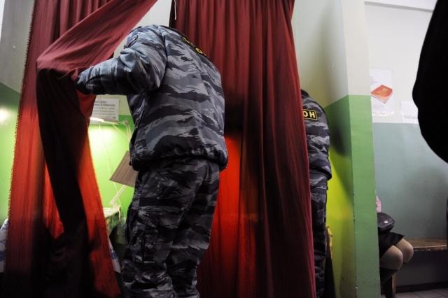 На участок для бомжей в Петербурге пригнали ОМОН: Фото