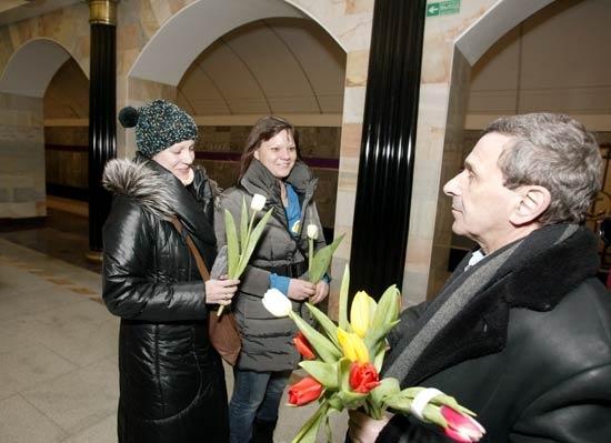 Борис Смолкин раздавал тюльпаны в метро: Фото