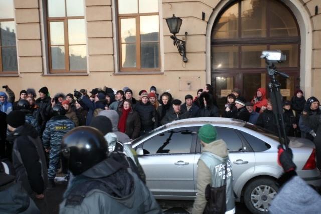 На Исаакиевскую площадь пришло около 3 тысяч человек: Фото