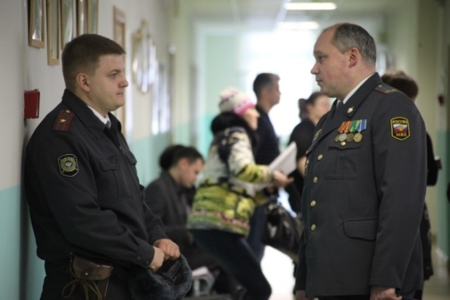 На участок №16 в Петербурге наблюдатели попали, применив силу: Фото