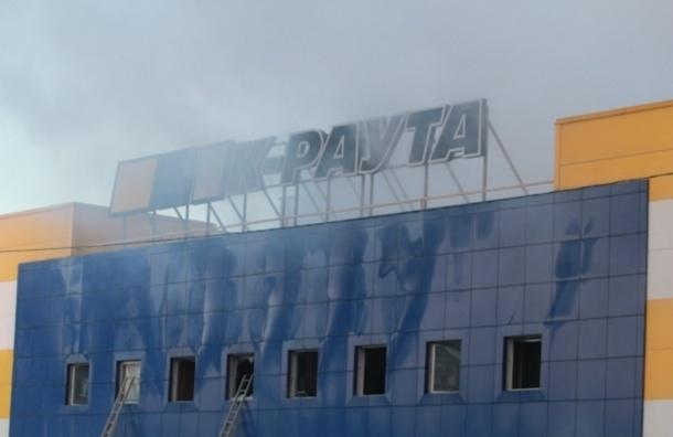 В Петербурге из-за пожара рухнула крыша гипермаркета
