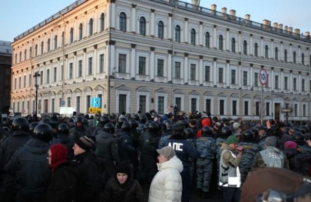 Исаакиевская площадь в Петербурге оцеплена полицией, над ней кружит полицейский вертолет