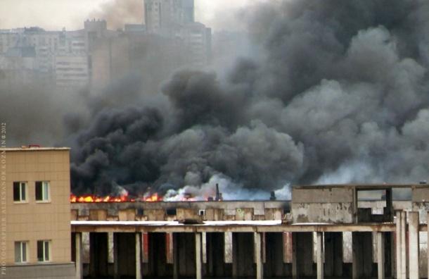 В здании на территории ЛОМО горит верхний этаж и кровля