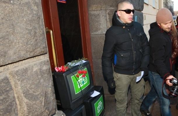 У офисов НТВ в Москве и Петербурге проходят акции протеста