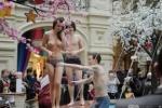 Несколько   обнаженных   людей   искупались   в   фонтане   ради   защиты   Pussy  Riot (Фоторепортаж)