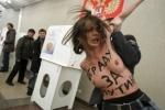 Активисток FEMEN, оголившихся на участке Путина, выдворят из России