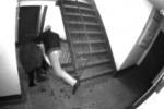 Грабителя, напавшего на пенсионерку в подъезде, поймала камера наблюдения (видео)