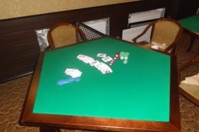 Хозяева нелегального казино пытались сбежать от полицейских через потайной ход в полу (фото)