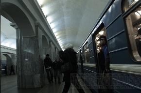 На «красной» ветке петербургского метро пассажирка бросилась под поезд