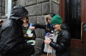 У петербургского офиса НТВ активисты съели по тарелке лапши, которую вешают на уши россиянам