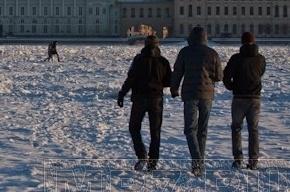 Спасатели не успели спасти трех подростков, которые гуляли по льду Невы