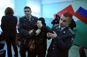 В Петербурге на выборах избили полицейского