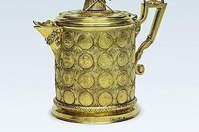 На выставке в Эрмитаже можно увидеть ожерелье и кубок из монет и медалей