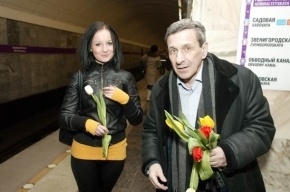 Борис Смолкин раздавал тюльпаны в метро