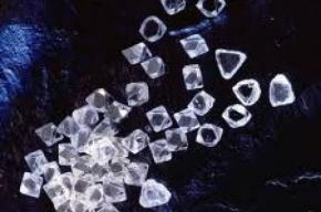 В Красноярске честная девушка сдала в полицию 476 бриллиантов, найденных в лифте