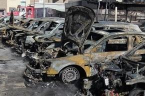 Из-за пожара на строительной площадке в Петербурге сгорели 10 машин