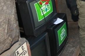 У офиса НТВ в Петербурге активисты выкинули три телевизора