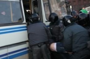 Полицейские задерживают участников митинга в Петербурге