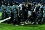 """Фанаты """"Зенита"""" прорвались на поле и сломали ворота: Фоторепортаж"""