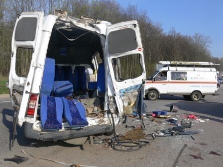 На 165-ом километре трассы Москва-Крым грузовик врезался в пассажирский микроавтобус: Фото