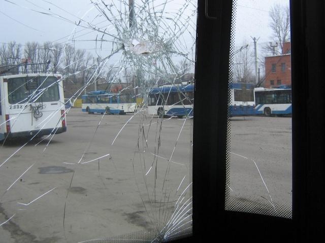 Хулиганы разбили стекла в троллейбусе: Фото