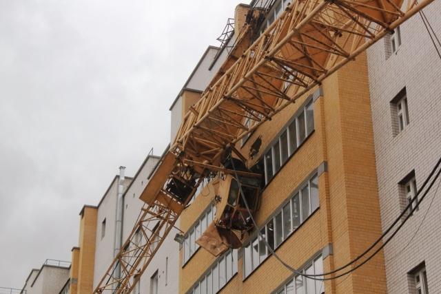 Строительный кран рухнул на жилой дом: Фото